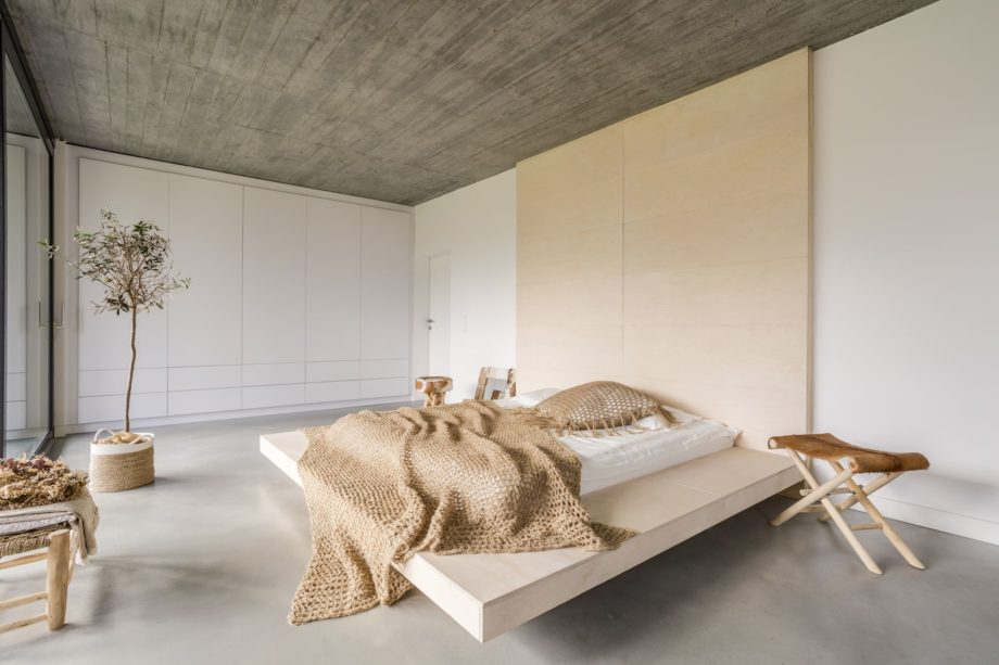 Light,Bedroom,With,Wooden,Ceiling,And,Large,Bed
