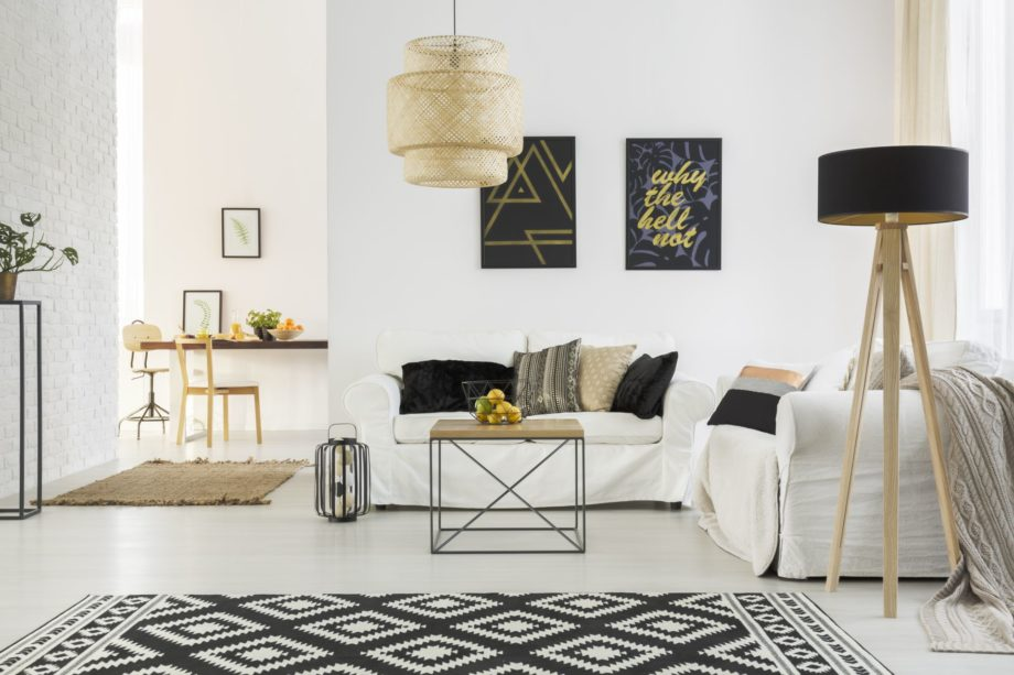 Bright,Room,With,White,Sofa,,Table,,Pattern,Carpet,And,Lamp